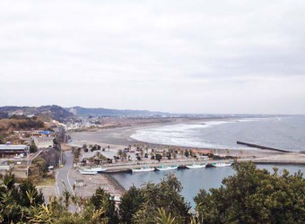太東海水浴場を南側から。サーファーに大人気の太東ビーチ。美しい砂浜が弓なりに続きます。