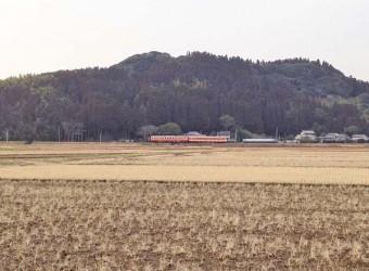いすみ鉄道を遠くから(その1)。たまたまキハの連結列車が走っていた。