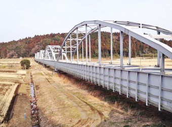 公平水路橋(その1)。両総用水が通っている水路橋。「この橋の中を水路が通っている!」