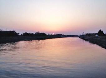 南白亀川の河口付近に沈む夕陽(その1)。この川がこんなに美しい事は、もっと知られていいと思う。