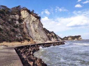 いすみ市によく見られる海蝕崖。この付近はこのような断崖絶壁が続いている。千葉県にこんな景観があることは、あまり知られていない。