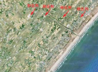 九十九里平野は縄文時代まで海だった。それが地震の度に隆起して沖へ広がった。さて、海岸線には必ず海岸砂丘ができる。だから隆起する度に新たな砂丘が沖にできた。さらに砂丘の上は(低湿地よりも)地盤がしっかりしているので集落が成立。(低湿地は田んぼのまま) だから九十九里平野は、海岸線と並行して、集落~田んぼ~集落~田んぼ、と並行に並んでいる。
