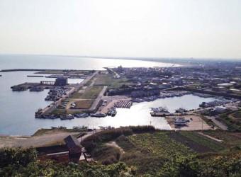 飯岡の刑部岬展望台から望む風景。眼下に飯岡漁港。そして遠くに九十九里浜が続いている。