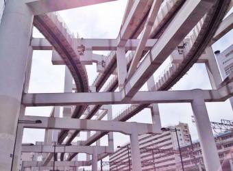 千葉駅前にはモノレールが通っている。下から見ると面白い。近未来的な光景が広がる。