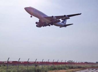 成田空港Bラン北側(その2)。まさに頭上を飛行機が通る。迫力満点!