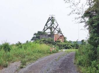 三里塚に残る鉄塔跡。今でもあるのが不思議だ。残念ながらこれ以上近寄れない。