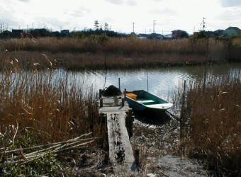"""いすみ市で見かけた小舟乗り場。あまりにも """"何気ない風景"""" だけど。"""