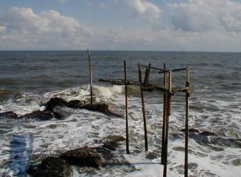 """かつて太東海岸には、謎の構造物があった。海の上に突き出ている """"桟橋"""" ?とてもシュールだった。"""
