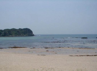 勝浦の守谷海水浴場(その2)。きらきら輝くと桃源郷にいるようだ。