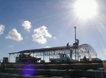 夏の終わり。海の家の解体風景です。あれほど賑わっていた夏が嘘のよう・・・。