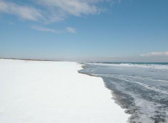 時にはこんな風景も・・・。雪景色の一松海水浴場。かなり珍しい風景。