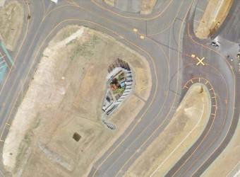 成田空港の敷地内に残る反対派の鉄塔。まさに滑走路と滑走路の間。グーグルマップで上から。