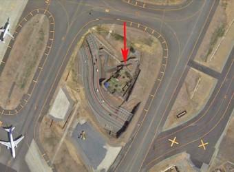 成田空港の敷地内に残る反対派の建物。これも滑走路と滑走路の間。グーグルマップで上から。