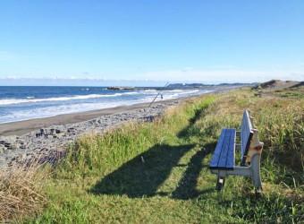 一宮海岸の夕暮れ。誰もいない海岸線に、ポツンとベンチが置かれている。