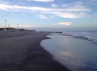 長生村の一松海水浴場。砂が黒っぽいのは鉄分のせい。決して汚いわけではありません。