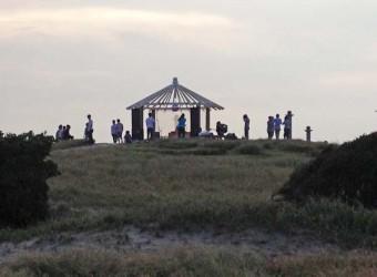 九十九里浜の屋形海水浴場。栗山川河口から高台の休憩所を見上げる。何を集まっているのだろう?