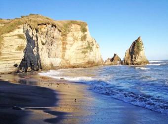 御宿の大波月海岸。ここには人工のものが一切見られない。まさに自然だけの世界。