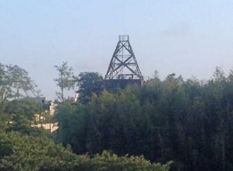 成田空港に今でも残る反対派の鉄塔跡。草葉の陰に残る。あの時代は何だったんでしょうか。