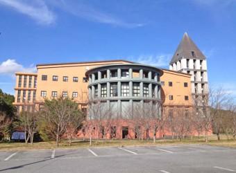 御宿町役場。世界的に有名な建築家、マイケル・グレイヴスの設計。まさにポストモダン!