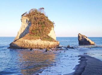 いすみ市岬町の景勝「雀島」。典型的な陸繋島である。波と岩の芸術。