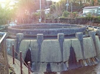 """円筒分水(その3)。独特の雰囲気から """"円筒分水マニア"""" も非常に多い。日本各地を訪ね歩いている。"""
