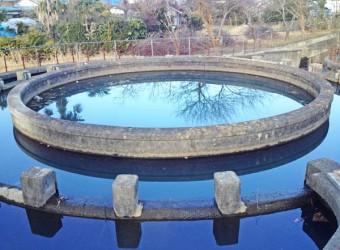 円筒分水(その1)。円の角度によって水の配分量を調整する。古くからの日本の知恵。