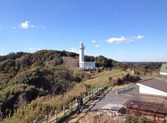 太東崎灯台(その1)。太東岬の山の上にある白亜の灯台。現在は昭和47年に設置された二代目。