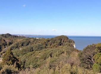 太東崎灯台(その3)。北側には房総の里山と、その向こうに九十九里浜が見える。こちらも美しい。